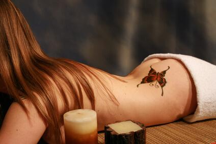 Ein Tatoo trägt zur Verschönerung des Körpers bei.